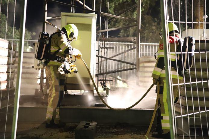 Brandweerlieden blussen in 2020 één van de vele zendmastbranden, hier in het Gelderse Rijswijk.