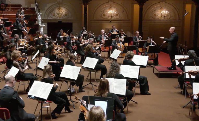 Jaap van Zweden dirigeert Beethovens Vijfde symfonie.  Beeld