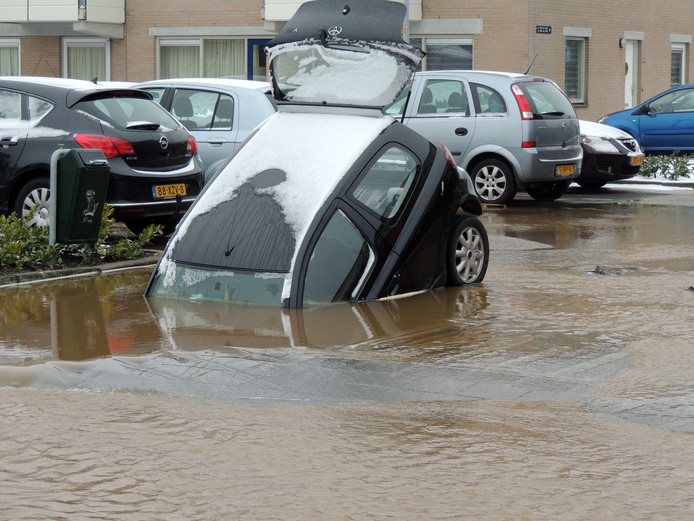 Een auto is zaterdagochtend aan de Homberg in Wijchen weggezakt in een sinkhole.
