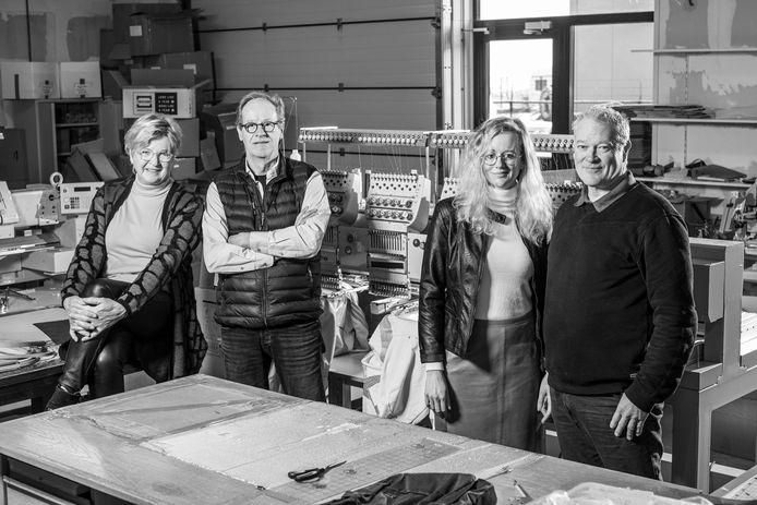 Mirjam Tilley (tweede van rechts) nam het bedrijf van haar ouders Berend en Gerrie (links) over. Rechts John Tilley.