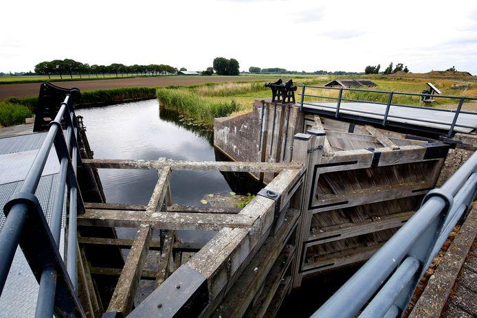 De Papsluis aan de Bakkerskil. De sluis maakt deel uit van de Nieuwe Hollandse Waterlinie.