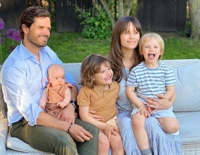 Prins Carl Philip en Sofia van Zweden delen een eerste familiefoto met Julian.