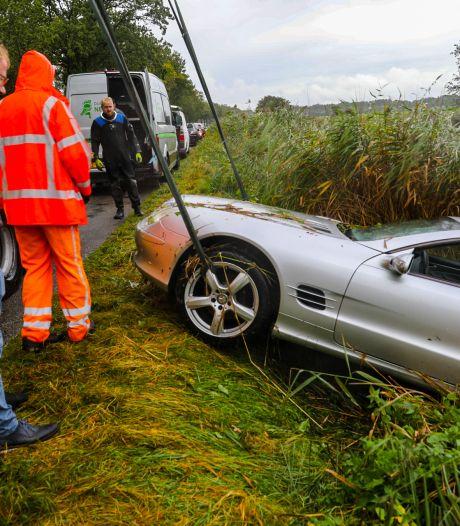 Automobilist belandt met zijn cabrio op bodem van Apeldoorns Kanaal en ziet bolide 7 uur later pas terug