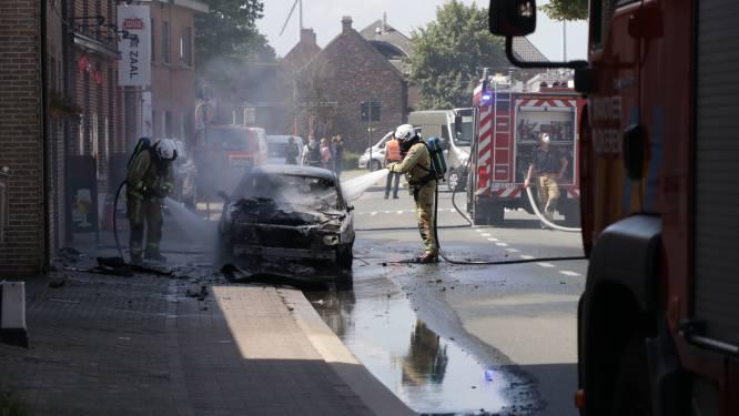 Auto brandt volledig uit, bestuurder blijft ongedeerd