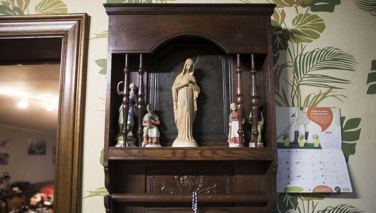 In het huis van het koppel waar het Mariabeeld staat, is het dezer dagen immers aanschuiven, net voor het schemerdonker, wanneer de sculptuur oplicht. Beeld BELGA