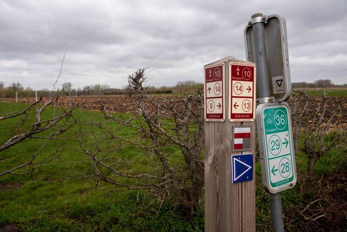 De nieuwe wandelroutes langs trage wegen worden aangeduid met een (blauwe) pijl.