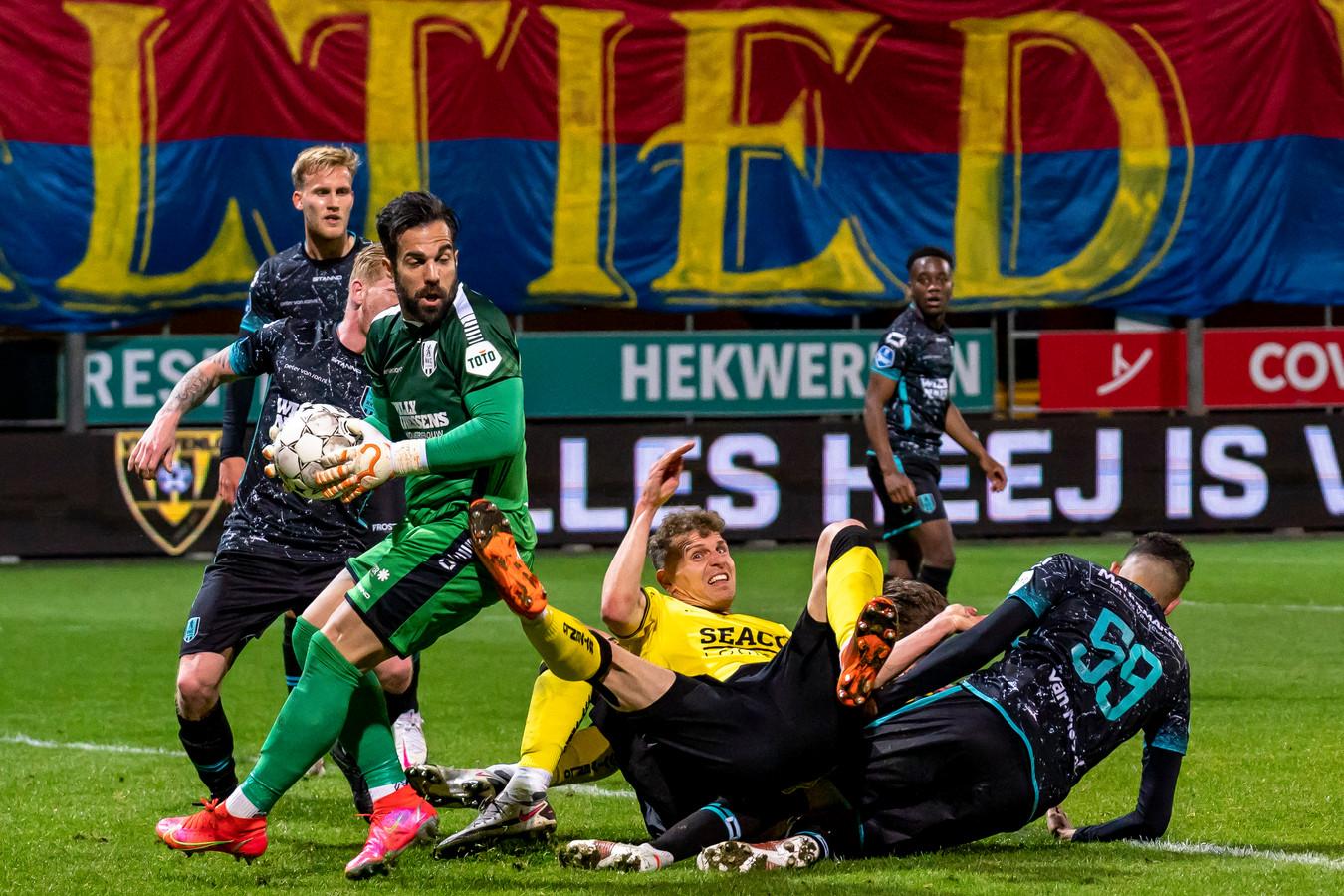 Chaos voor het doel van RKC Waalwijk, maar keeper Kostas Lamprou is de situatie meester.