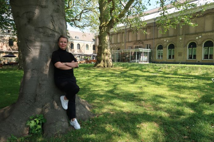 Saskia Trossèl in de tuin van het Dordrechts Museum dat vlakbij haar huis ligt.