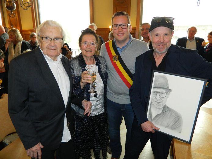 Dirk Braeckman (rechts) bij waarnemend burgemeester Kim Martens en zijn ouders Albert en Aline.