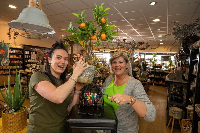 Serena en Nelleke van den Boef houden houden elke dag meerdere bingo's, waardoor hun winkel toch loopt.
