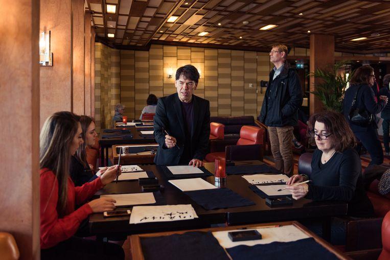 De 'Harukisten' op het cruiseschip in Rotterdam werden getrakteerd op workshops, verfilmingen van zijn boeken, voorleessessies en concerten. Beeld Damon De Backer