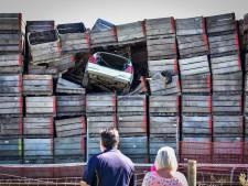 Vluchtende man belandt met zijn auto tien meter hoog in stapel kratten