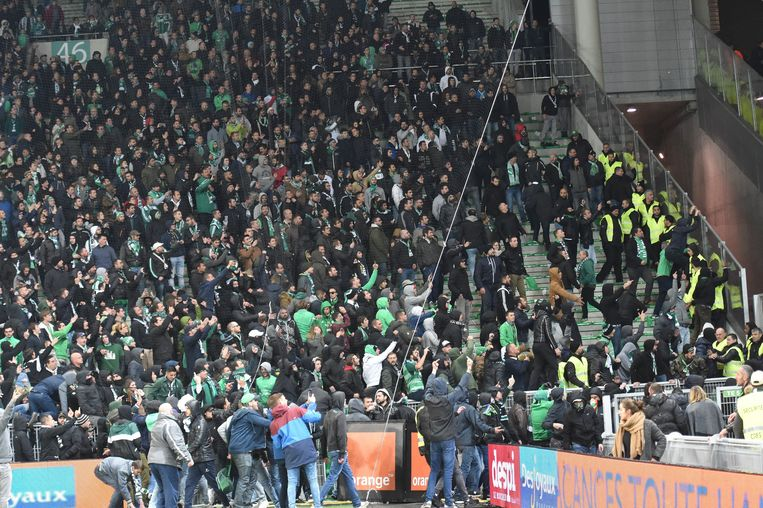 Envahissement du terrain par les supporters - crs  (saint etienne)   FOOTBALL : Saint Etienne vs Lyon - Ligue 1 Conforama - 05/11/2017 © PanoramiC / PHOTO NEWS PICTURES NOT INCLUDED IN THE CONTRACTS  ! only BELGIUM !