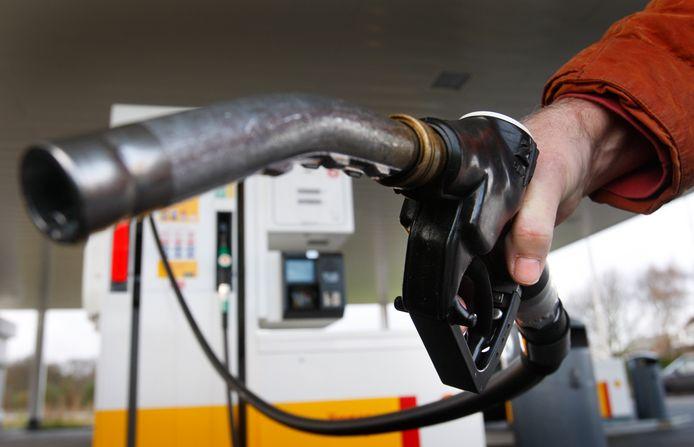 De kale benzineprijs is in Nederland hoger dan elders in Europa.