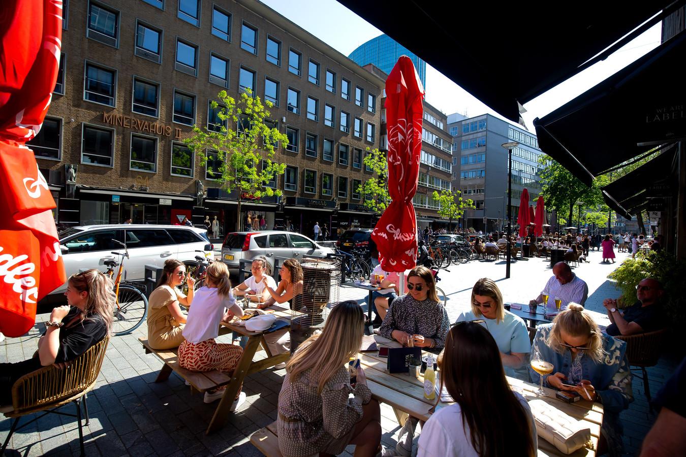 Vriendinnen bij de Huismeester op de Meent in Rotterdam genieten van het mooie weer.