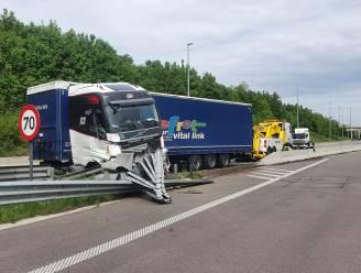 Vrachtwagen botst tegen vangrail, rijbaan even versperd