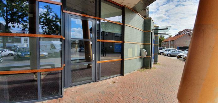 Het voormalige Rabobankgebouw in Wijhe had nog binnen en buiten een geldautomaat, maar die zijn nu verdwenen.