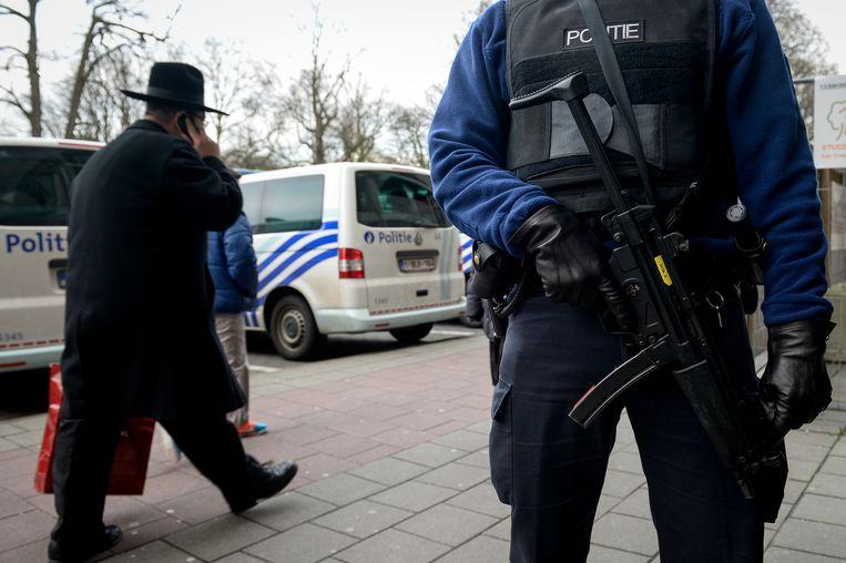 Politiebewaking in de Joodse wijk in Antwerpen. Beeld BELGA