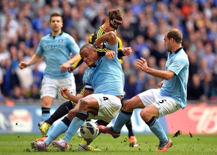 Kompany in een fel duel met de ingevallen Torres. Beeld AFP