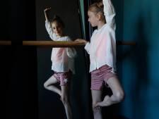 Madelief (10) uit Bemmel oefent pasjes voor ballet op haar kamer