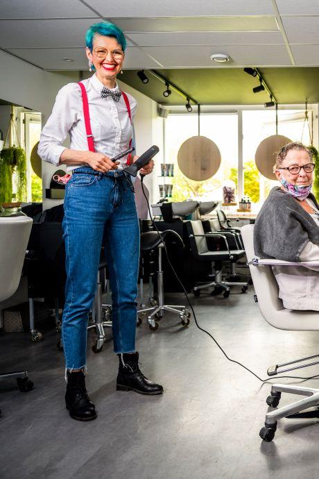 De scharen en tondeuses liggen klaar: kapster Loes zorgt voor de styling van de Songfestival-sterren