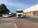 De stakers hielden de vrachtwagens tegen.