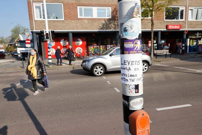 Boven de drukknop van het voetgangerslicht heeft iemand een sticker achtergelaten met de tekst 'Levensgevaarlijk en nutteloos wachten tot het fout gaat'.