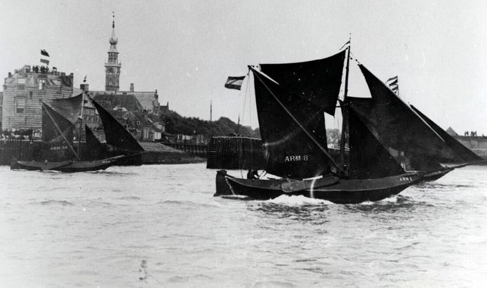 De vissers uit Arnemuiden en Vlissingen strijden tijdens de eerste hardzeildag om veertig zilveren rijksdaalders