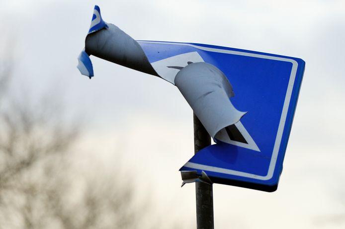 Een met vuurwerk opgeblazen verkeersbord (foto ter illustratie).