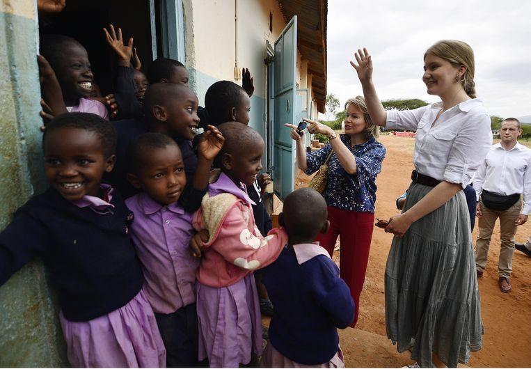 Prinses Elisabeth en koningin Mathilde bezoeken een Keniaans basisschooltje. Beeld BELGA