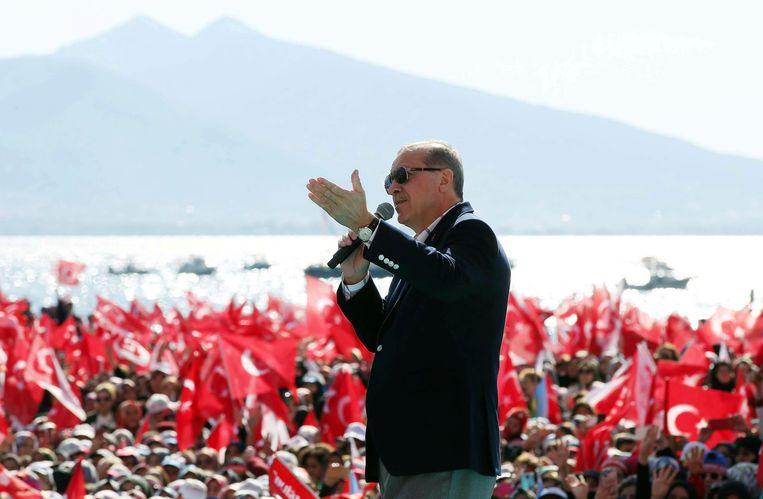 De Turkse president Erdogan vandaag op campagne in Izmir. Beeld AP