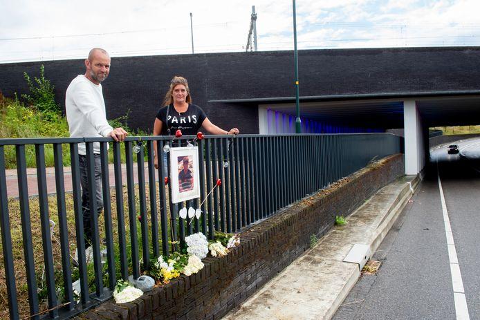 """De gemeente Zutphen is akkoord gegaan met een vergunning voor een definitief monument voor de overleden Nick ten Have (22) op de railling van de Marstunnel. Moeder Chantal en vader Clement ten Have zijn er blij mee. ,,We kunnen als familie nu bezig gaan met het verwerken van het verlies."""""""