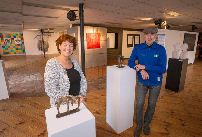 Trix van Dooren en Harry Coolen bij de expositie in Drift. Foto: Pix4Profs/Joyce van Belkom