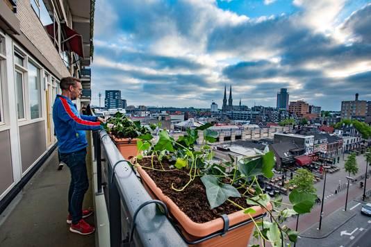 De flat heeft 'opeens' planten aan de galerij hangen. Een stunt van een plantenverkoper.