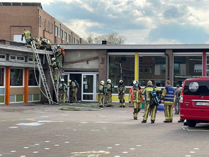 De brandweer aan de slag aan het dak van kleuter- en lagere school Sint-Vincentius in Bissegem (Kortrijk).