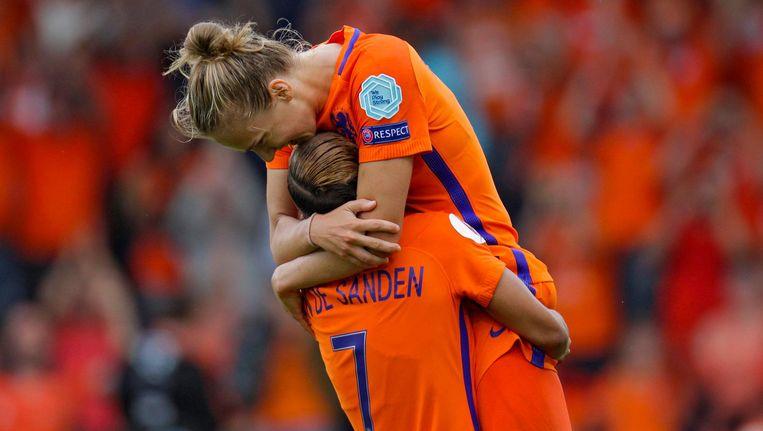 Shanice van de Sanden en Vivianne Miedema vieren de overwinning Beeld photo_news