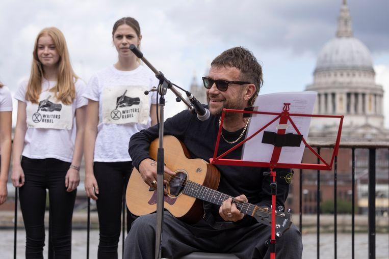 Singer-songwriter Damon Albarn zette vrijdag een protest van Extinction Rebellion luister bij.  Beeld Getty Images
