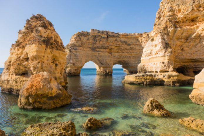 Prachtige rotsformaties langs de kust in de Portugese Algarve.