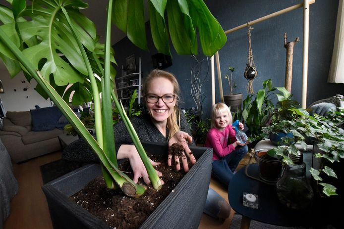 Het plantenasiel van Marjo Bruijsten. Samen met dochter Evelynn Oostveen verzorgt ze de gekregen plantjes.