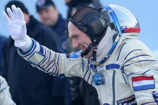 André Kuipers vloog een jaar lang rondjes om de aarde. En in dat jaar is hij een fractie van een seconde jonger gebleven dan de achterblijvers op aarde.