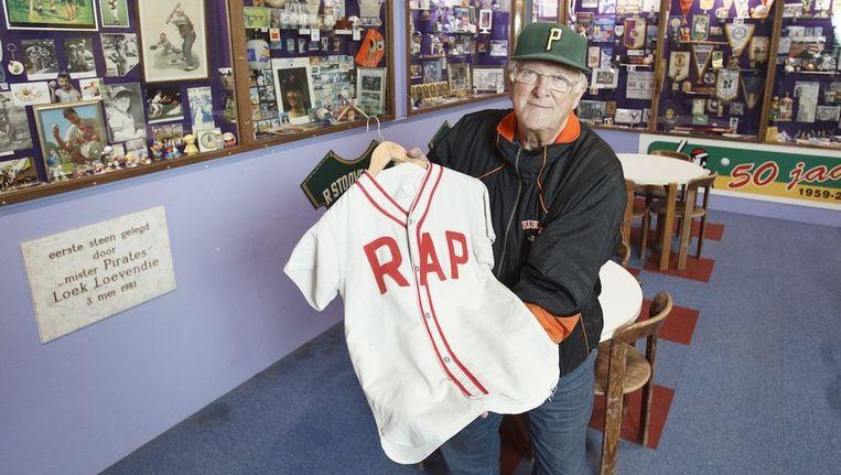 Loek Loevendie bij Pirates in 'zijn' museum met een vijftig jaar oud honkbalshirt. Beeld Marcel Israel