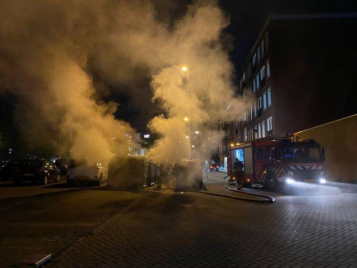 Aan de Smutsstraat in Hengelo is zondagavond een container uitgebrand. Omstanders vermoeden dat de container is aangestoken. Een auto, die naast de container stond geparkeerd, liep schade op.