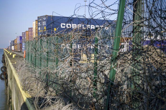 Ondanks de beveiligingsmaatregelen, blijven transmigranten erin slagen het havengebied binnen te dringen.