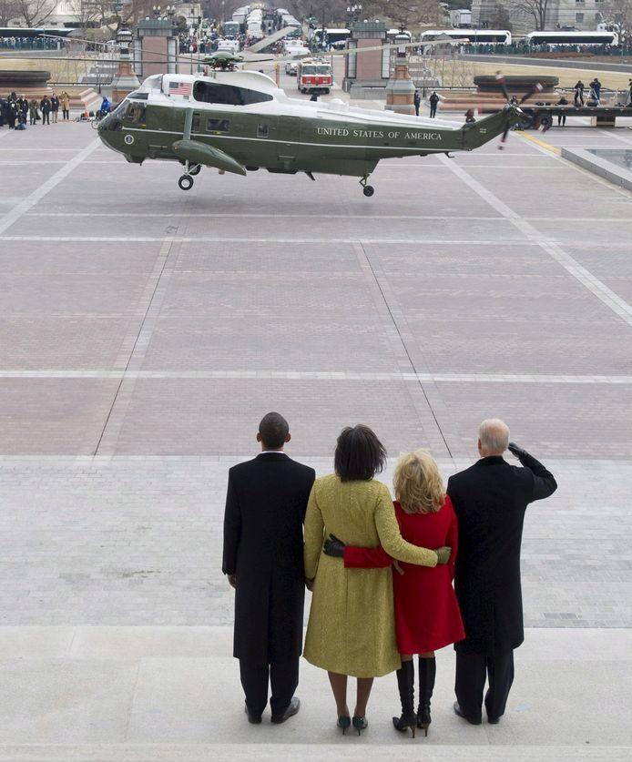 Kersvers president Barack Obama en First Lady Michelle zwaaien samen met Joe en Jill Biden de Marine One-helikopter uit. (2/2)