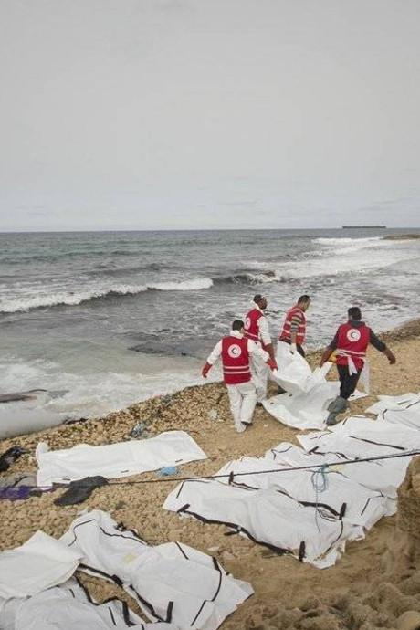 Tientallen lichamen dode migranten aangespoeld op het strand in Libië