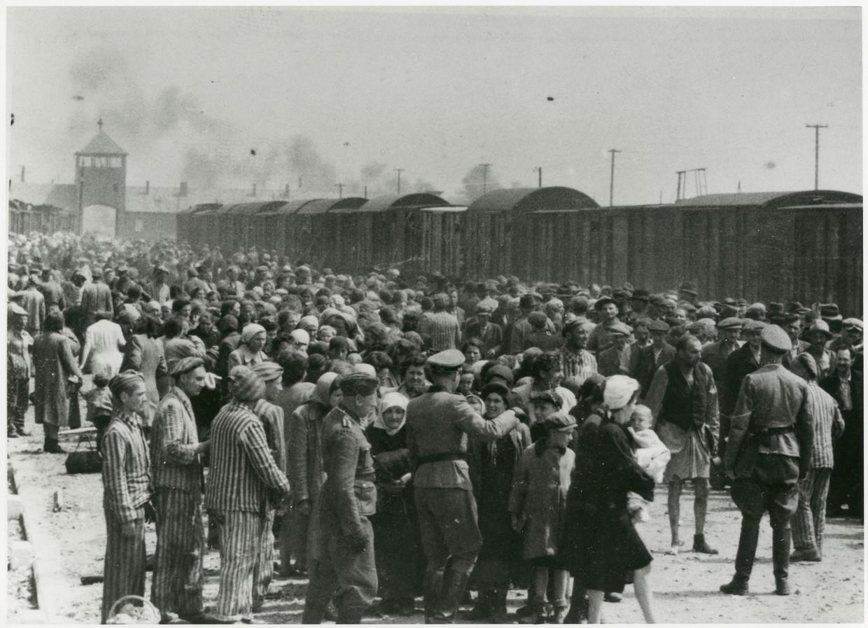 Auschwitz, zomer 1944. De tweede man van links in het gestreepte pak van een gevangene is door zijn zoon Shai herkend als Maurice Schellekes.