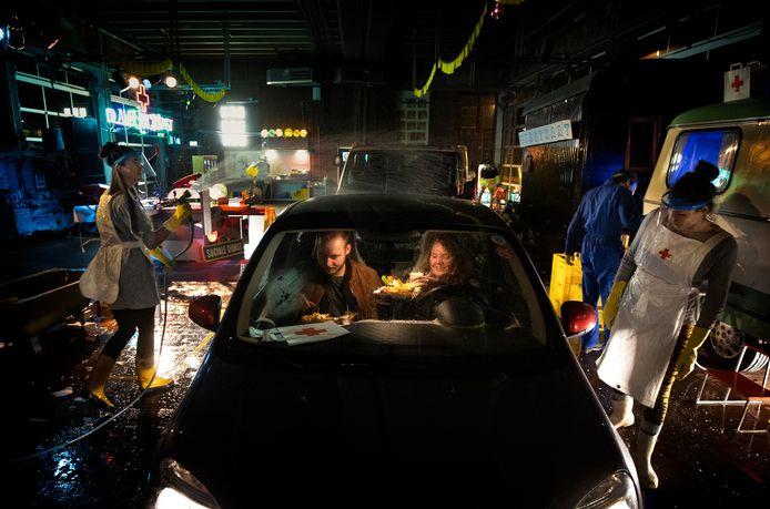 Spoedeisende Honger door De Ambulancedienst, een Drive-in met eten, wasbeurt voor voertuig en een dj.