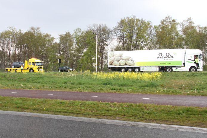 Op de N35 bij Wierden heeft vrijdagmiddag een ongeval plaatsgevonden tussen een auto en een vrachtwagen.
