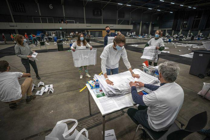 In Ahoy Rotterdam worden de stembiljetten geteld