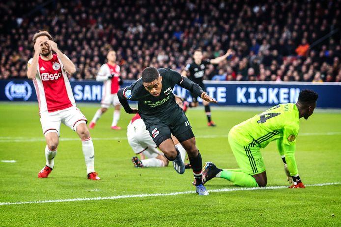 Myron Boadu opent de score tegen Ajax in de Johan Cruijff Arena.